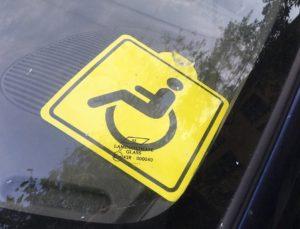Ламинирование знака инвалид на автомобиль