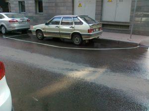 Ли парковаться на полукруге в парковочной зоне