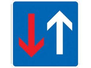 Дорожный знак стрелка на синем фоне вверх